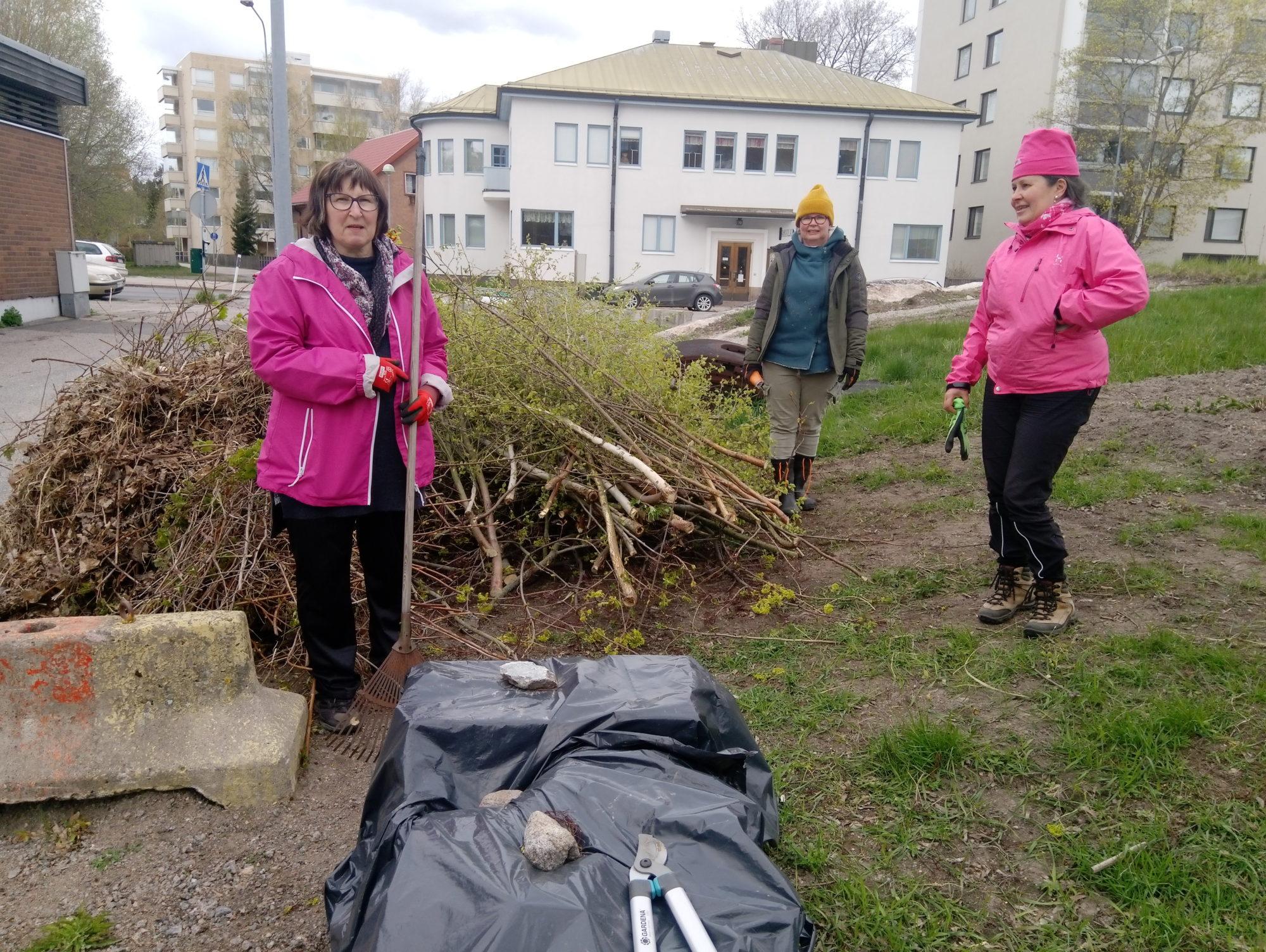 """Puistosta saatu """"saalis"""". Kasan vierellä Eija V, Anne H ja Jaana G."""